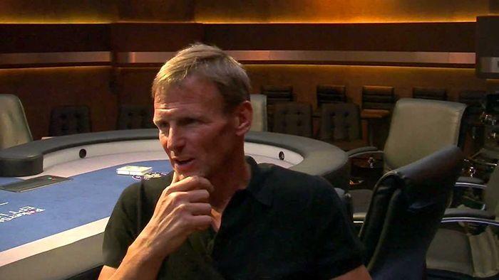 Тедди Шерингем за покерным столом дает интервью журналисту